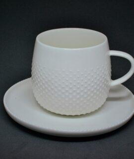 Xícara com pires de porcelana